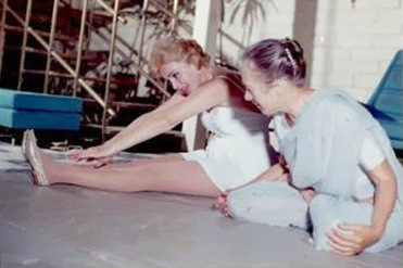 Indra Devi with Marilyn Monroe (1960)